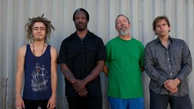 Chuck Dukowski de black flag tiene un nuevo grupo con Eugene Robinson