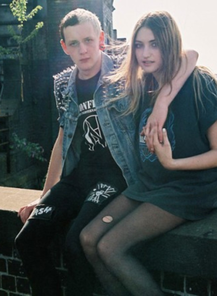 Jóvenes punks en el canal