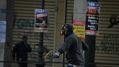 Auf den Straßen Athens brennen Menschen