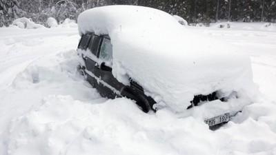 Cose da fare se rimani intrappolato in macchina sotto la neve per due mesi