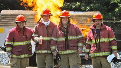 Fotos de casas ardiendo y de bomberos descojonándose
