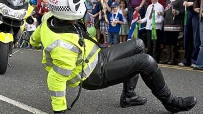 El mundo de los policías bailarines me ha alegrado el día