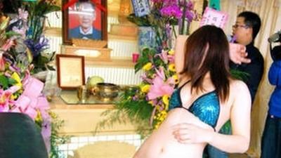 În Taiwan au stripteuze la înmormântări
