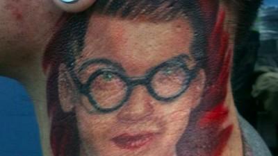 El hombre que se tatuó en el cuello a Fred, de Spector
