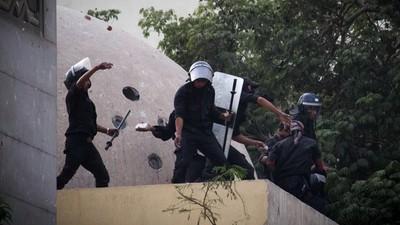 Stenen, glas en traangas ontwijken bij de rellen in Caïro