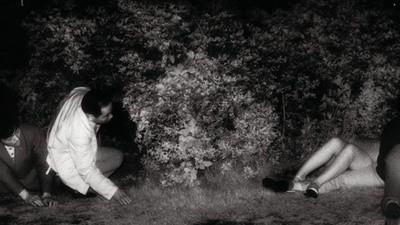 Kohei Yoshiyuki fotografeert voyeurs die neukende mensen in het park bespieden