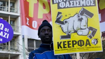 Están apuñalando a inmigrantes en las calles de Atenas
