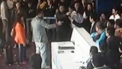 Mira el video del político chino que se vuelve loco