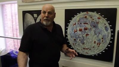 Dieser Mann ist der Besitzer vom Mond