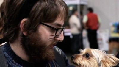 Vestido de gato numa convenção canina