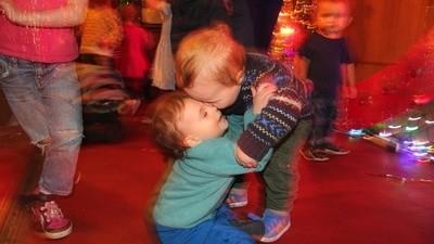 Kleinkinder auf Ketamin oder Süßigkeiten