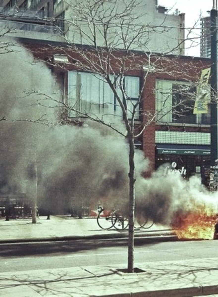 Fiestas de trampolín y autos en llamas: Las fotografías de Carl Heindl