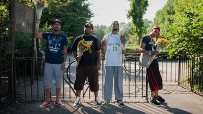 Hydro, MocroManiac, Rotjoch en Bokoesam deelden bloemetjes uit aan de buurtbewoners van Appelsap Festival