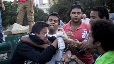 Handtastelijke Egyptenaren worden in het gezicht gespoten (met verf)