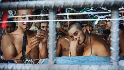 De meest notoire leden van El Salvadors bendes worden in een kooi gepropt