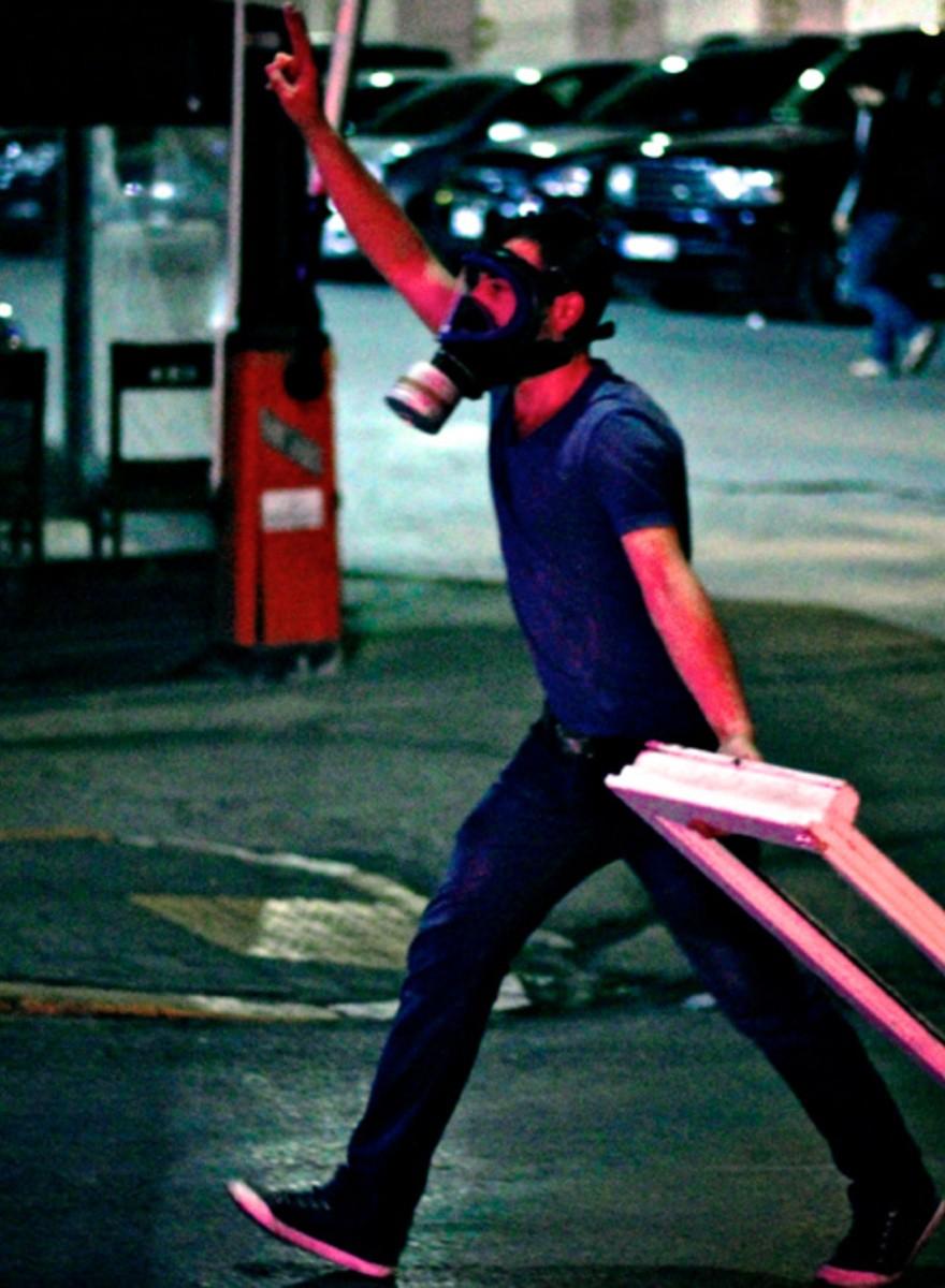 De Turkse oproerpolitie is nog steeds scheutig met traangas