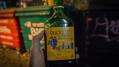 Uma Jornada pelo Mundo do Buckfast: a Bebida que Deixa os Escoceses Muito Loucos