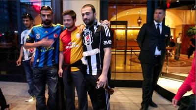 Istanbuls Fußball-Ultras von Besiktas, Fenerbahce und Galatasaray sind Soldaten Atatürks