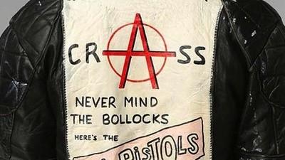 Wat vindt de oprichter van punkband Crass ervan dat Urban Outfitters van de naam van zijn band profiteert?