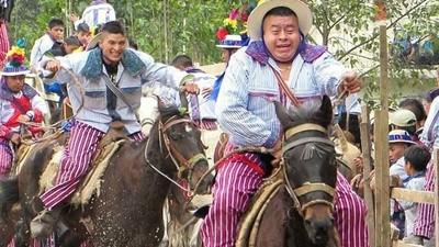 Así corren los gallos en Guatemala