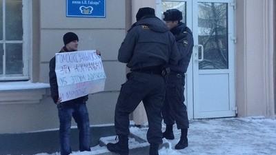 Esses Caras Estão Tentando Destruir a Lei Antigay Russa Sendo Presos por Causa Dela