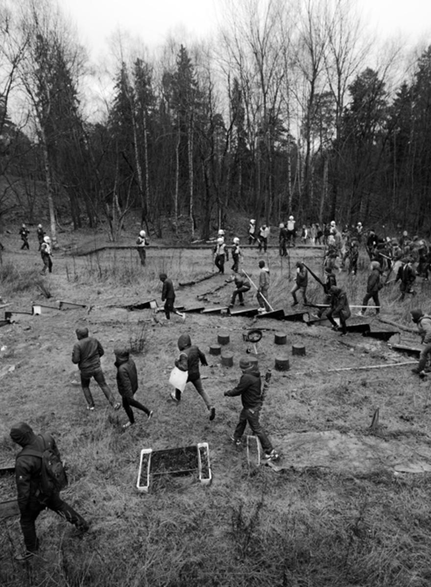 Fotos de neonazis suecos luchando contra antifascistas en el bosque