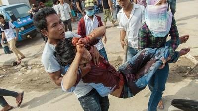 La policía militar se está cargando a los camboyanos que hacen tu ropa