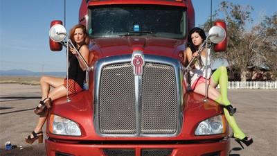 Het leven van een stripper tussen de truckers