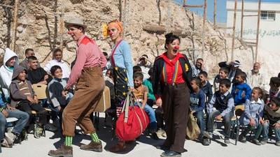 Clowns ohne Grenzen ziehen nur mit einem Lächeln bewaffnet in Krisengebiete