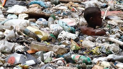 I bambini dei bassifondi brasiliani che nuotano nella spazzatura