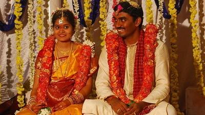 Desheredado y demandado por casarse con alguien de una casta inferior