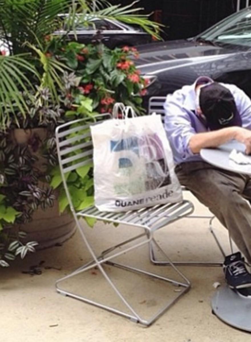 Fotos de hombres tristes yendo de compras