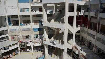 Los refugiados sirios que viven en un centro comercial libanés abandonado