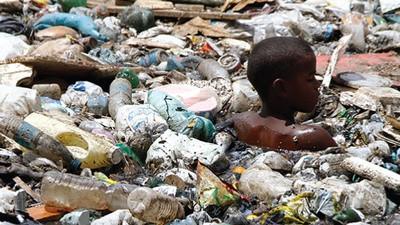 Braziliaanse zwerfkinderen zwemmen in het afval