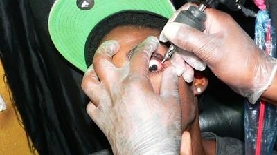 Tatuarsi i bulbi oculari non è una buona idea