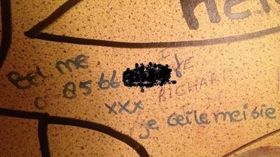 Ik belde drie telefoonnummers die ik op de muren van openbare toiletten vond