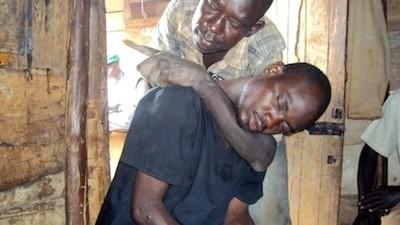 Waragi, le fléau du gin frelaté en Ouganda