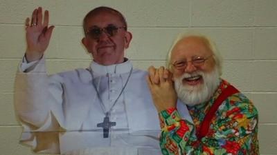 Op deze Flickr-pagina staan 6000 foto's van mensen die poseren met de paus (van karton)