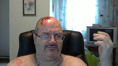 Quest'uomo passa la vita di fronte a una webcam