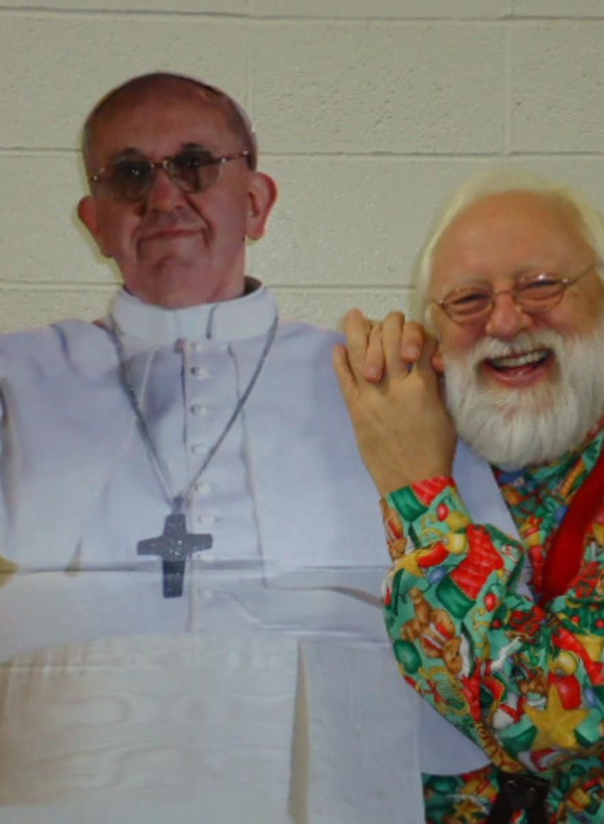 Weshalb posieren über 6000 Menschen neben einer Pappfigur des Papstes?