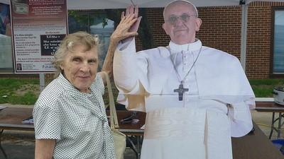 Fotografii mișto cu oameni care pozează cu un carton pe care e imprimat Papa