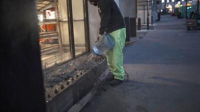 Cemento contra los pinchos antindigentes de Londres
