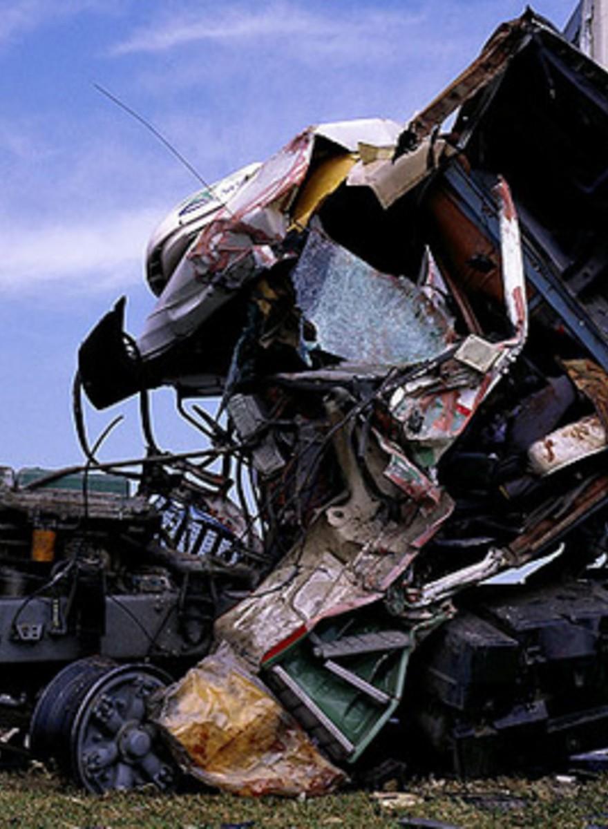 Diego Levy trasforma gli incidenti stradali in opere d'arte