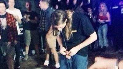 Un tipo se bebió su propia orina en un concierto de Trash Talk