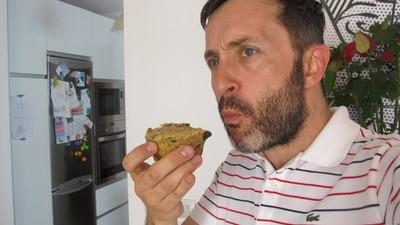Este señor come cupcakes para perros