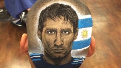 Este hombre retrata a Messi en la cabeza de los fans de la Copa Mundial