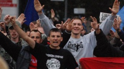 De marcha con la brigada pro-genocida de Belgrado
