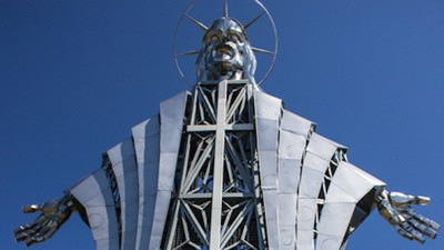In Roemenië staat een 22 meter hoog jezusbeeld van roestvrij staal