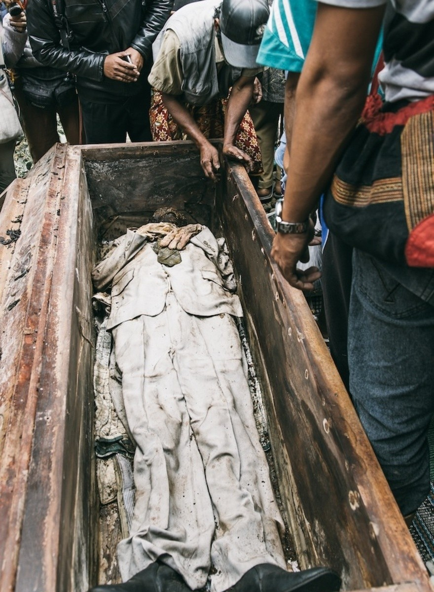 Tana Toraja Villagers Take Tomb Sweeping to a Morbid Extreme