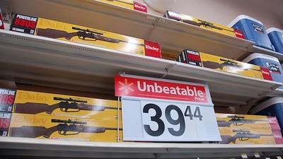Le dispararon a un joven en Walmart por traer un rifle de balines